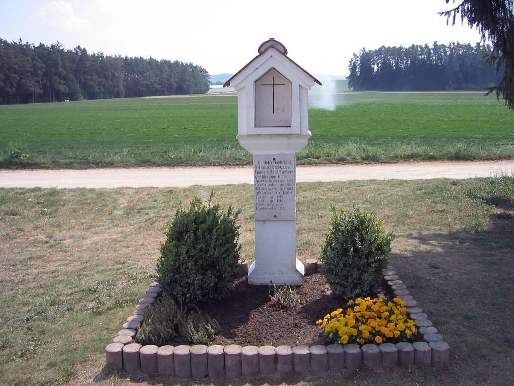 Pietra miliare in ricordo del massacro di Hinterkaifeck